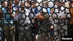 گروه بزرگی از فلسطینیها طی نبردها در یک ماه گذشته آواره شدهاند. بسیاری از آنها راهی مرز مصر و غزه (در تصویر) شدند تا به آن کشور پناه ببرند