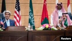 وزيرا خارجيتي السعودية(يمين) والولايات المتحدة(يسار) في مؤتمر جدة لمكافحة الارهاب