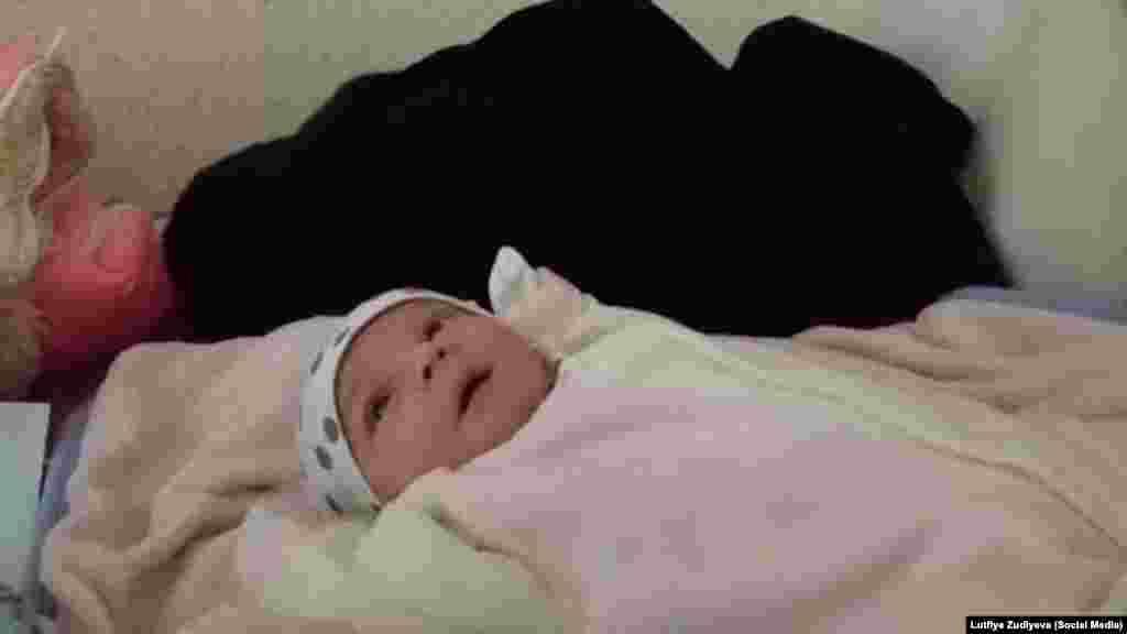 Двомісячна донька Владлена (Велі) Абдулкадирова лежить на столі у фойє Київського районного суду. Її батько став одним із 24 затриманих після масових обшуків у Криму 27 березня