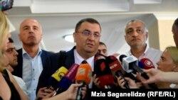 Адвокат Звиад Кордзадзе знакомит журналистов с решением суда по делу учредителей «ТВС банка»