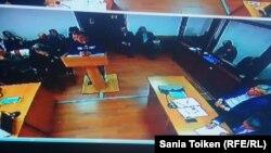 Допрос сотрудника СОБРа Есенжана Есенгалиева в суде над гражданскими активистами Максом Бокаевым и Талгатом Аяном, обвиняемыми по уголовным статьям после акции протеста 24 апреля в Атырау. Атырау, 27 октября 2016 года.