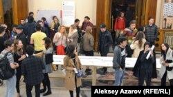 На выставке Pop-up музей «Архитектурный код Алматы». В центре — стол с периодизацией истории города и его архитектурных стилей. Алматы, 31 марта 2017 года.