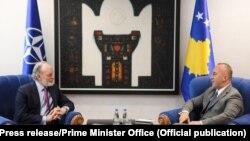 Kryeministri i Kosovës, Ramush Haradinaj dhe zëvendësndihmës Sekretari i Përgjithshëm të NATO-s, Jonathan Parish.