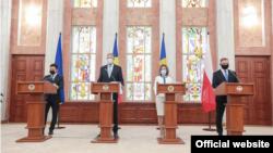 Președintele Ucrainei, Volodimir Zelenski, președintele României, Klaus Iohannis, președinta R. Moldova, Maia Sandu și președintele Poloniei, Andrzej Duda. Chișinău, 27 august 2021