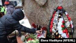 Возложение цветов на акции памяти Бориса Немцова в Петербурге