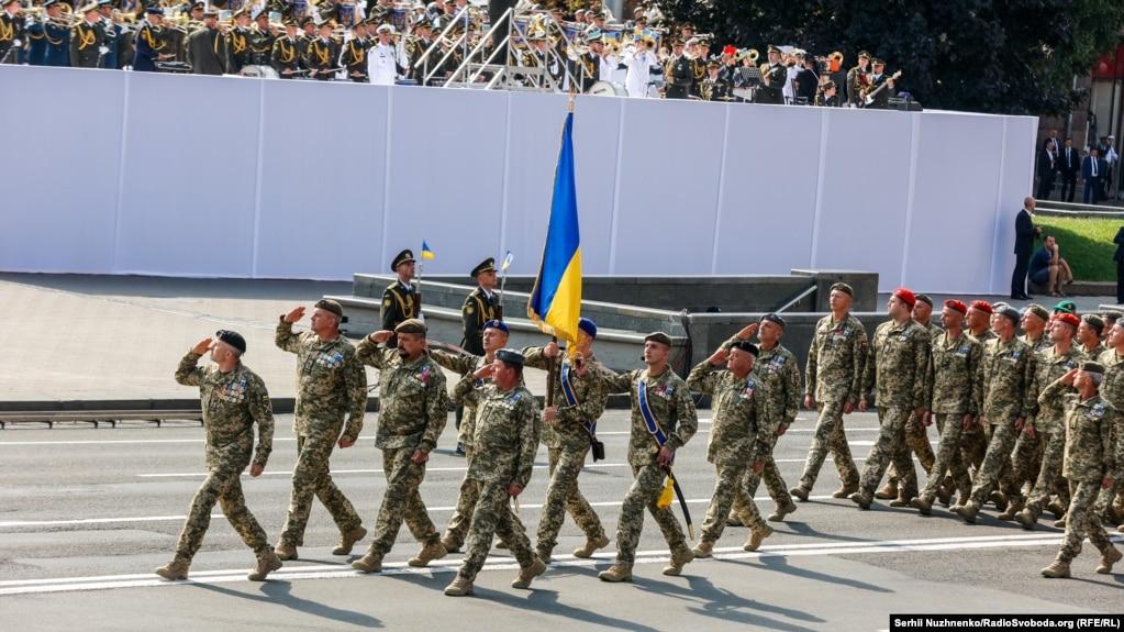 Ветерани війни на сході України крокують у перших лавах. Це зведений підрозділ різних родів військ