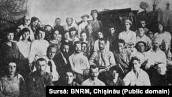 Ion Dic Dicescu (al doilea stânga din rândul așezat), Ghiță Moscu-Bădulescu (primul stânga) pe Frontul Turkestan (1919)