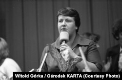 """Гэнрыка Кшывонас-Стрыхарска, 1980 год. Падчас перамоваў страйку рабочых з уладамі, у выніку чаго ўтварылася """"Салідранасьць""""."""