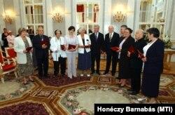 A Köztársaság Elnökének Érdemérmével tüntették ki Budavári Zitát a Bölcső Alapítvány elnökét még 2005-ben.
