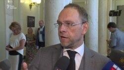 Власенко: Порошенко тримається за владу «руками і ногами»
