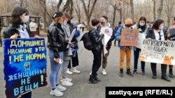Ганди паркіне жиналған белсенділер. Алматы, 8 наурыз 2021 жыл.