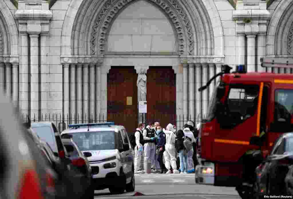Форензичари пред црквата Нотр Дам