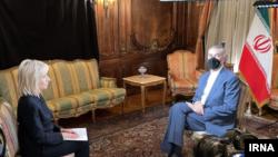 حسین امیرعبداللهیان، وزیر خارجه ایران، در حال گفتوگو با مجری شبکه خبری انبیسی