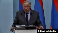 Председатель Сената Франции Жерар Ларше беседует с журналистами в Ереване, 24 апреля 2021 г.