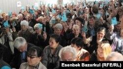 На конференции оппозиционной партии «Алга» по инициативе референдума с требованием по отставке президента Казахстана Нурсултана Назарбаева. Алматы, 25 сентября 2010 года.