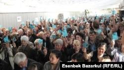 Азаматтық қоғам өкілдерінің республикалық жиналысына қатысушылардың қарар қабылдау кезіндегі дауыс беру сәті. Алматы, 25 қыркүйек 2010 жыл.
