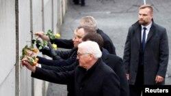 Президентите на Германия, Чехия, Словакия, Полша и Унгария полагат цветя по време на възпоменателната церемония