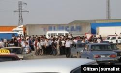 Elşən Novruzovun yaxınları müəmmalı ölüm xəbərini alan kimi rayonda mərkəzi yolu bağlayaraq etiraz aksiyası keçirməyə çalışıblar