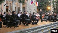 Valeri Gergiev dirijînd Orchestra Teatrului Mariinski la concertul de propagandă de la Tsinvali (21 august 2008)