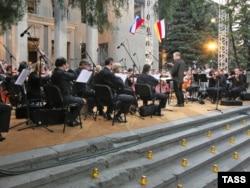 Valery Gergiev dirjează Orchestra Operei Mariinsky la 21 august 2008 într-un concert la Tskhinvali în sprijinul independenței republicii secesioniste a Oseției de Georgia