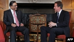 Pakistan's President Asif Ali Zardari (left) meets with British Prime Minister David Cameron.