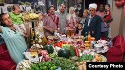 عائلة مصرية تحتفل في منزلها