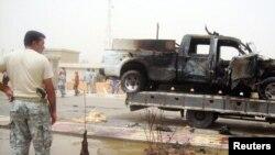 Pamje nga transporti i një makine të policisë pas një sulmi të mëparshëm me bombë në qytetin Baiji në Irak