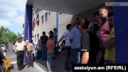 «Էլեկտրիկ Երևան»-ի ակտիվիստներին բերման են ենթարկել ոստիկանության Նոր Նորքի բաժին, 23-ը հունիսի, 2015 թ․