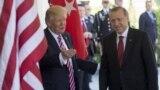 Američki predsjednik Donald Trump dočekuje turskog predsjednika Redžepa Tajipa Erdogana, na sastanku u Bijeloj kući, maj, 2017.