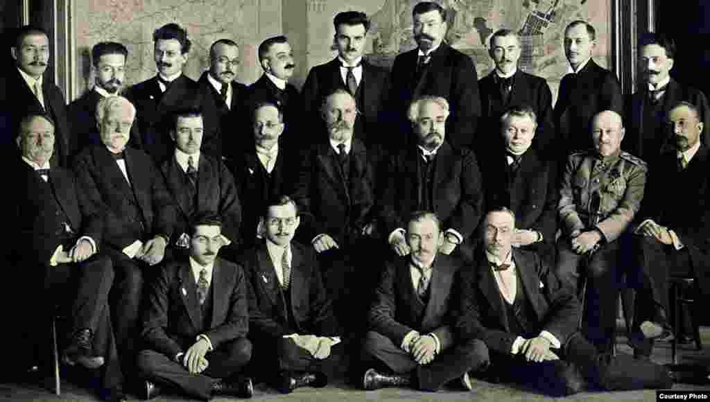 Самар қаласындағы Ресейдің конституциялық-демократиялық партиясының мүшелері. Жоғарғы қатарда сол жақ шетте тұрған Әлихан Бөкейхан. Самар қаласы, 1915 немесе 1916 жыл.
