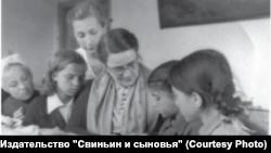 Софи Кюпперс-Лисицкая ведет кружок рукоделия. Новосибирск. 1950-е гг.