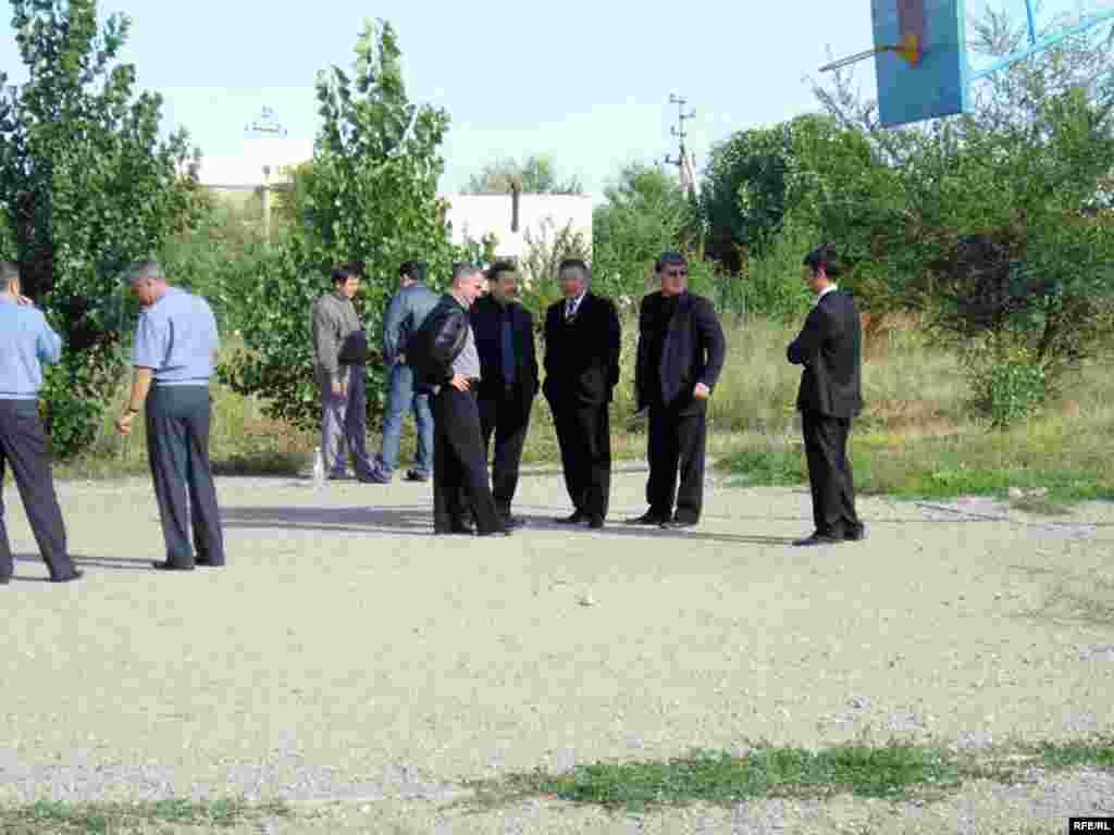 Такую же просьбу жители выразили и акиму Ауэзовского района Алматы Владимиру Устюгову (четвертый справа).