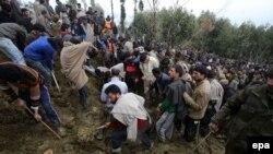 Ладен кыштагынын эли жер көчкүнүн астында калган адамдарды издешүүдө. Кашмир штатынын Ладен кыштагы. 30-март 2015