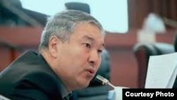 Депутаттык үйүн тапшырган Акылбек Султанов.