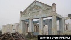 Ruinele unei Case de cultură...