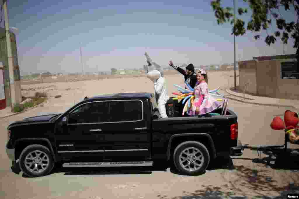 Ljudi obučeni u uskršnje kostime pozivaju djecu da ostanu kod kuće zbog mjera prevencije širenja Covid-19, Ciudad Juarez, Meksiko, 12. april, 2020.