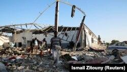 Поразеният от въздушна атака бежански лагер е разрушен, съобщиха световните агенции