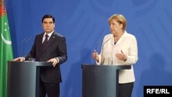 German Chancellor Angela Merkel (right) with Turkmen President Gurbanguly Berdymukhammedov in Berlin on August 29.