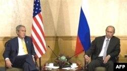 براساس گزارش های منتشر شده، آقای پوتین پس از خروج از جلسه ای طولانی با حالتی عبوس گفت که سپر دفاع موشکی محور اصلی مذاکرات بوده است.