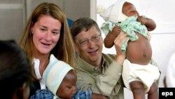 Bill și Melinda Gates în Mozambic, 2003. Cei doi sunt înconjurați de copiii dintr-un studiu al vaccinului anti-malarie.