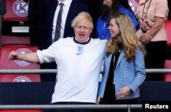 Kryeministri britanik, Boris Johnson dhe bashkëshortja e tij, Carrie shikojnë ndeshjen Angli-Danimarkë. Londër, 7 korrik, 2021.