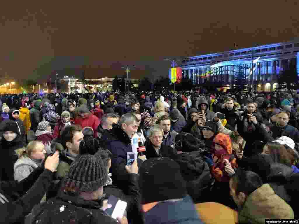 Dan Barna, liderul USR, Dacian Cioloș, președintele PLUS, au venit în mulțime, după ce au lansat un apel la unitate cu magistrații, care de luni își suspendă activitatea, în mai multe tribunale și parchete.