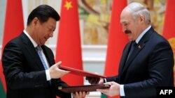Қытай президенті Си Цзиньпин (сол жақта) және Беларусь президенті Александр Лукашенко. Минск, 10 мамыр 2015 жыл.