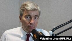 Eugen Carpov în studioul Europei Libere de la Chișinău