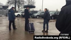 Багаж пасажира, якого через VIP-термінал проводжала знімальна група «Схем», забрали одразу ж на вході до залу офіційних делегацій