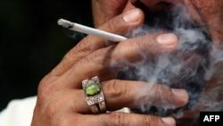 احد المدخنين العراقيين