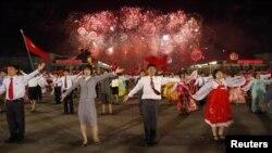 Массовые празднества во время проведения 100-летнего юбилея Ким Ир Сена. Пхеньян, 16 апреля 2012 года.