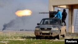مقاتلون من الجيش السوري الحر يطلقون قذيفة بإتجاه قوات يقول نشطاء انها موالية للرئيس بشار الأسد