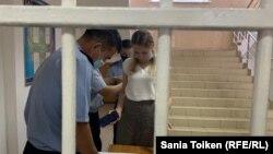 Адвокат Ольга Эннс Целиноград аудандық полиция басқармасында тұр. Ақмола облысы, 4 тамыз 2020 жыл.