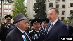 Foto arxiv. 2015. İlham Əliyev veteranlarla görüşür.